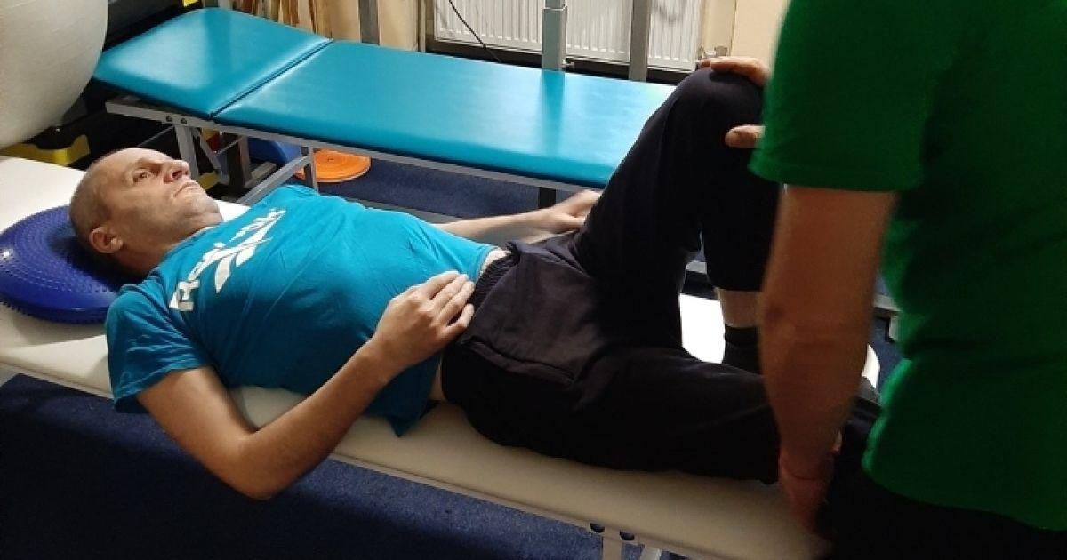 Несчастный случай обездвижил Сергея, но он успешно преодолевает болезнь