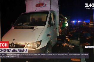 """На трасі """"Київ-Чоп"""" сталася ДТП з двома вантажівками, один з водіїв загинув"""