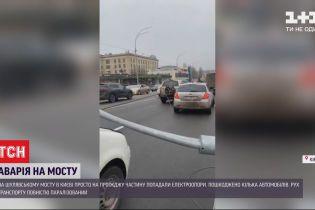 Поврежденные автомобили и парализованное движение - на Шулявском мосту упало 5 электроопор