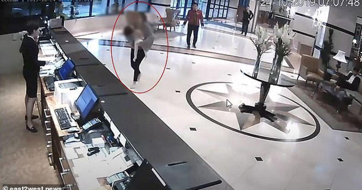 """Шокирующие кадры: в Казахстане в отеле мать носила вестибюлем """"убитую"""" дочь и умоляла спасти"""