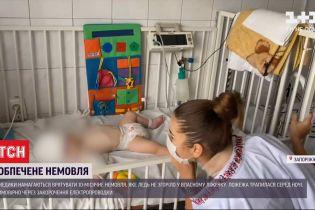Медики пытаются спасти 10-месячного младенца, который едва не сгорел в кроватке