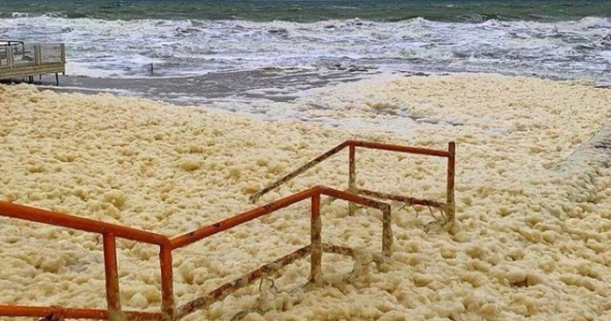 """""""Прибрежный капучино"""": в Кирилловке сфотографировали необычное природное явление"""