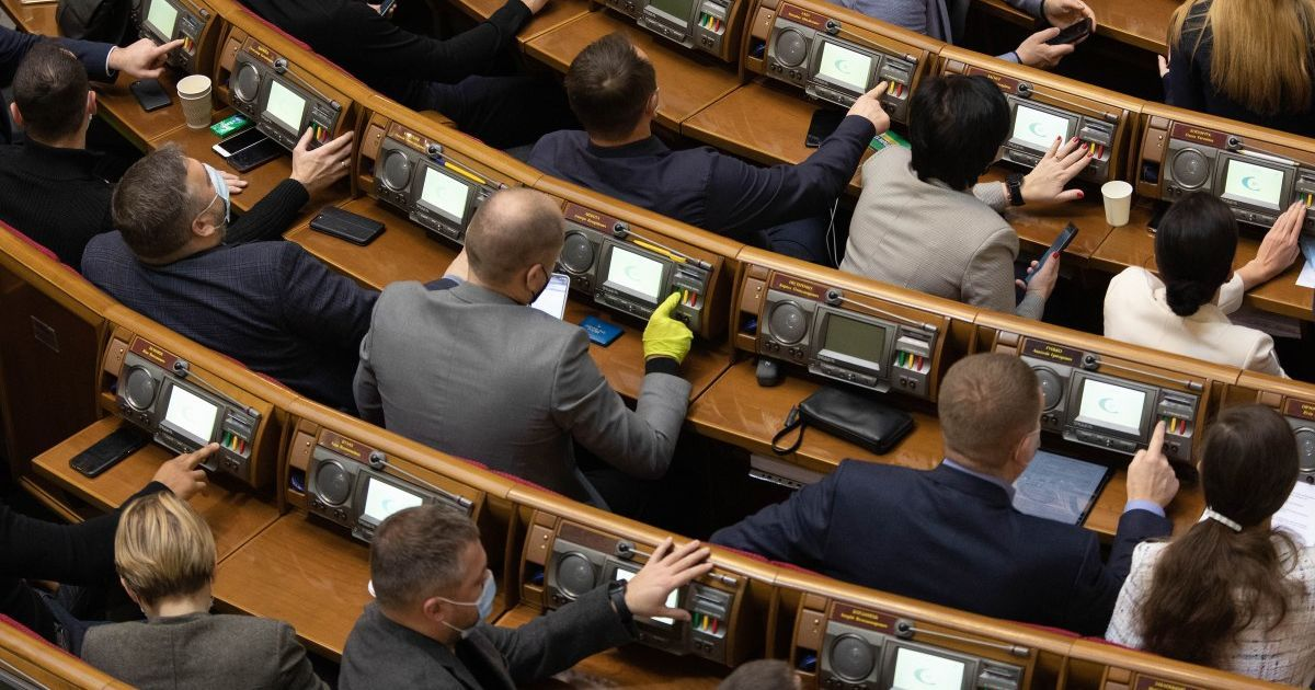 Голосують двома руками: у Раді нардепи почали використовувати сенсорну кнопку (відео)