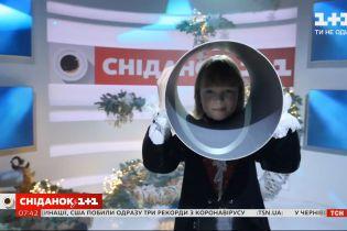 """Ілюзіоніст Сашко Загарій показав фокуси у прямому ефірі """"Сніданку з 1+1"""""""