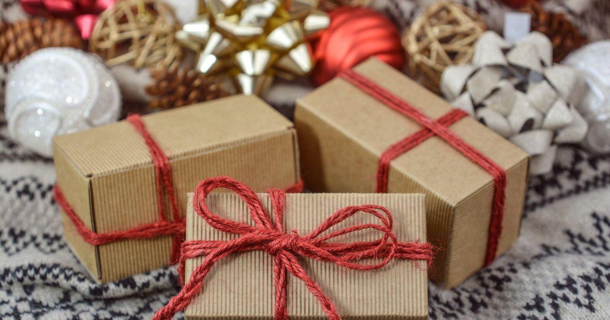 """Британці через локдаун """"завалили"""" Королівську пошту посилками з різдвяними подарунками"""