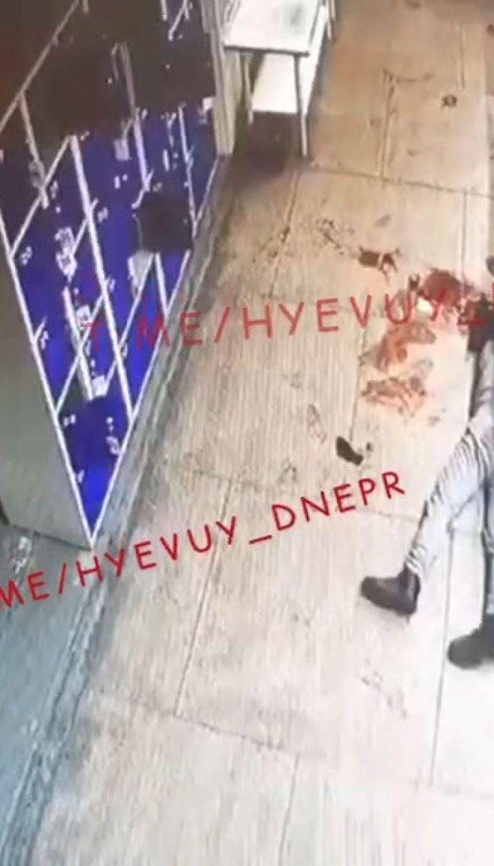 Набросился и бил до потери сознания: в Днепре в супермаркете неадекватный мужчина напал на подростка