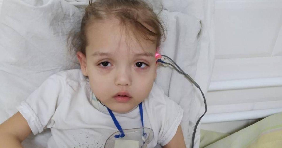Деформовані хребці перетискають спинний мозок Орисі: дитині необхідна операція