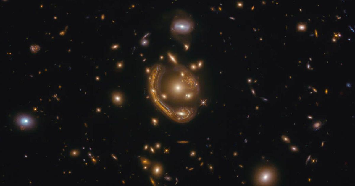 """Странное и очень редкое явление: телескоп """"Хаббл"""" запечатлел """"расплавленное кольцо"""" Эйнштейна"""
