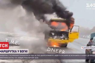 За попередніми даними, маршрутка з пасажирами спалахнула через закорочення