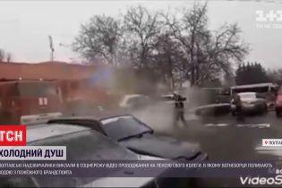 Полтавські надзвичайники влаштували колезі проводи на пенсію з крижаним душем