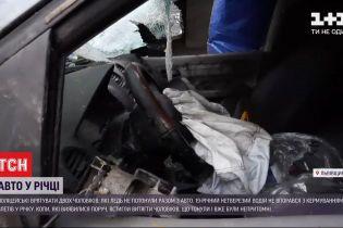 Неподалік Жовкви троє пасажирів ледь не потонули в авто