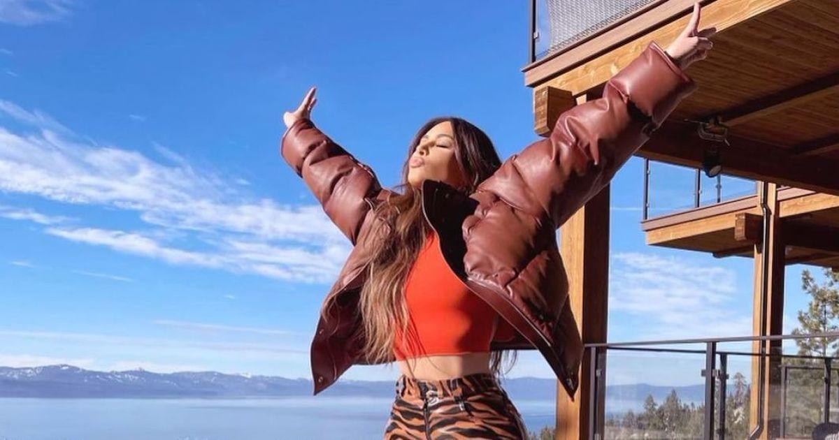 В кожаных брюках со звериным принтом: Ким Кардашьян похвасталась ягодицами
