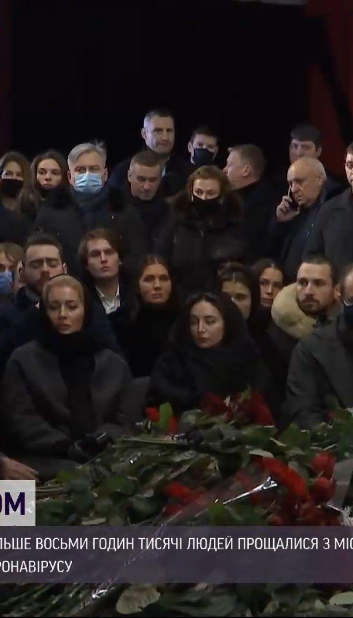 Салют на кладовищі: у Харкові поховали Геннадія Кернеса