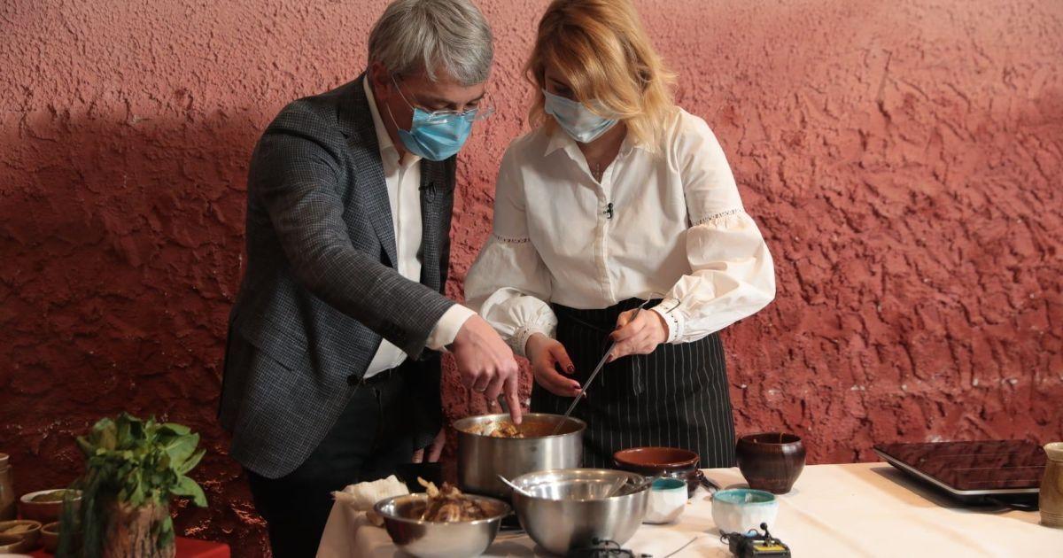 Украинские министры вместе готовили борщ: чей вкуснее