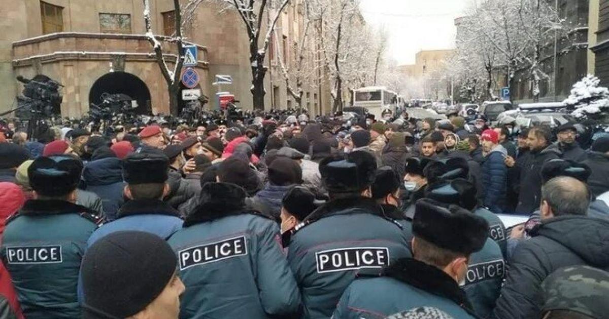 В Ереване продолжаются антиправительственные протесты: начались задержания