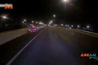 Авария в столице Таиланда: водитель не справился с управлением, зацепил грузовик и улетел в отбойник