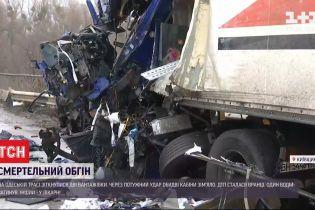 На Одесской трассе две фуры столкнулись лоб в лоб - один водитель погиб