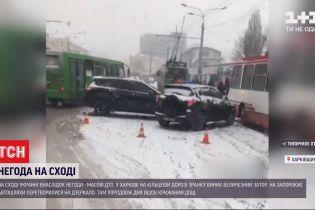 """Сніжний циклон """"Грета"""" та вкриті кригою автошляхи – схід України потерпає від негоди"""