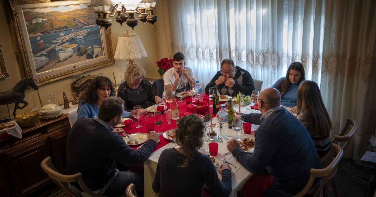 Епідеміологи закликають родини замінити різдвяне застілля на прогулянку і коляду під балконом