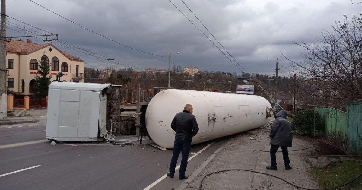 В Житомире перевернулась автоцистерна с газом — жителей окрестных домов срочно эвакуировали
