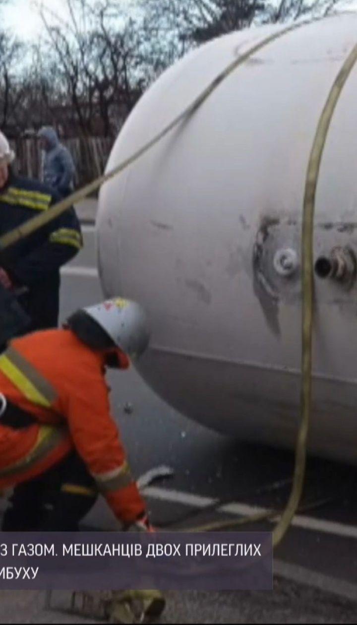 В Житомире перевернулась автоцистерна с газом, жителей близлежащих домов срочно эвакуировали