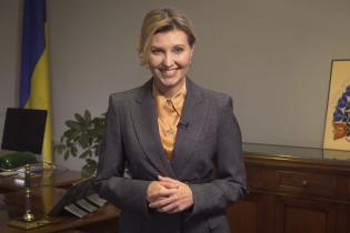У шовковій блузці та сірому костюмі: Олена Зеленська розповіла про дев'ятий аудіогід українською