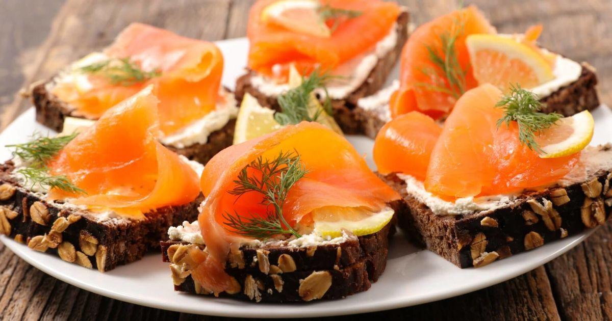 Що приготувати на Старий Новий рік 2021: смачні і легкі канапе з лососем