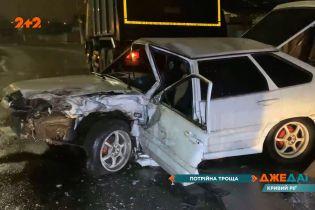 """У Кривому Розі водій """"Ніссану"""" під час зливи перевірив своє авто на міцність, але потрапив в аварію"""