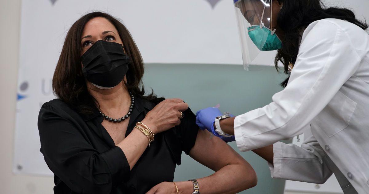 """""""Легко та безболісно"""": Камала Гарріс із чоловіком вакцинувалися від COVID-19  у прямому ефірі"""