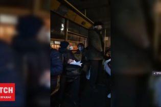 Скандал в маршутці: у Харкові літнього чоловіка силоміць всадили на пасажирське місце