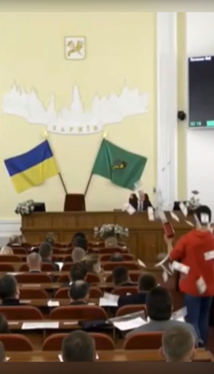 """У Харкові на сесії міськради хлопець """"розстріляв"""" депутатів з пістолетів з грошима"""