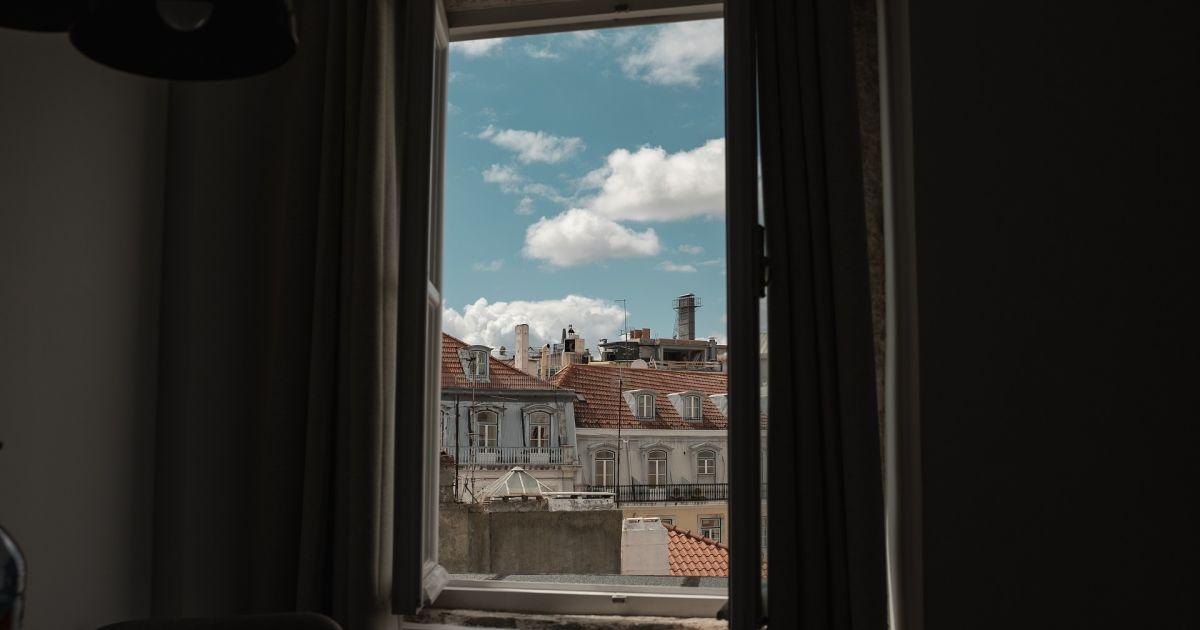 Во Львове 33-летний скрипач выпал из окна пятого этажа: стали известны подробности происшествия