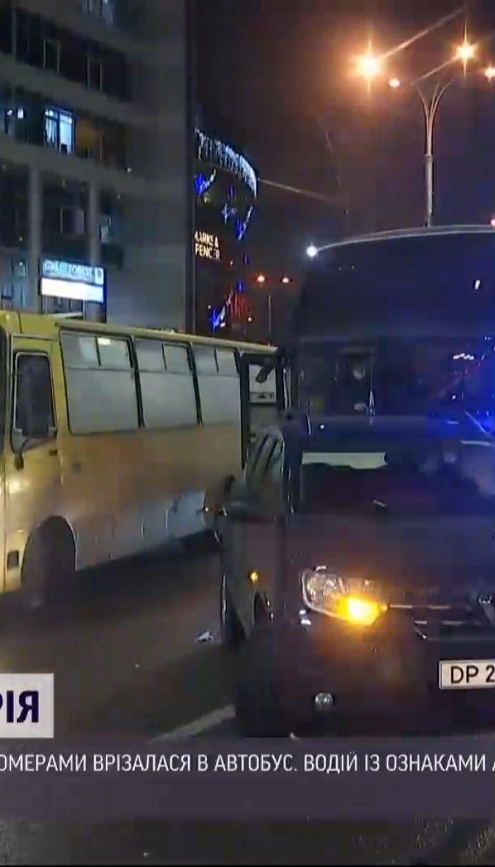У Києві автомобіль із дипломатичними номерами зіштовхнувся із автобусом