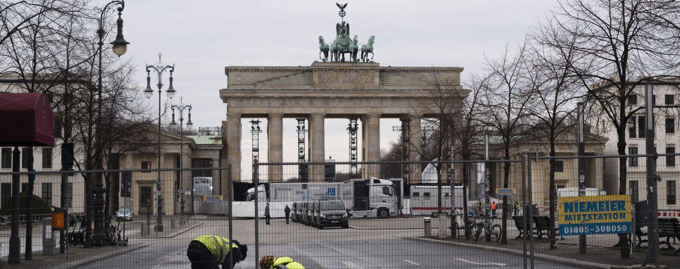 Встречаться можно только по двое, но носки и батарейки — в свободном доступе: в Германии ввели более жесткий карантин