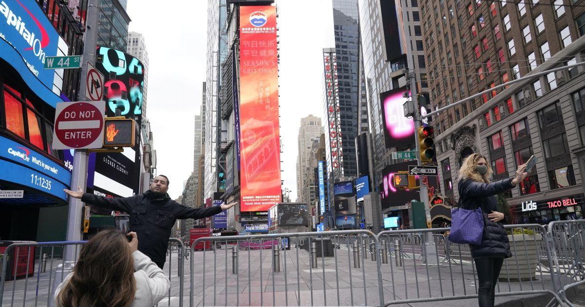 США встречают Новый год с двумя президентами, с закрытой Таймс-сквер в Нью-Йорке и дома онлайн