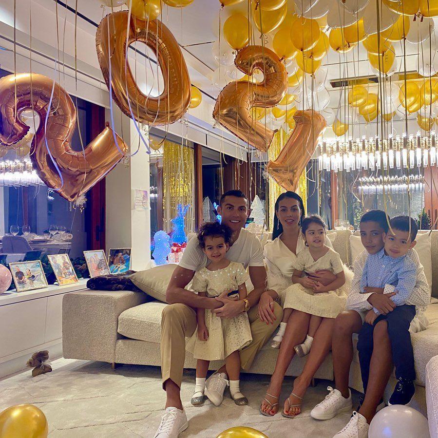 Джорджина Родрігес і Кріштіану Роналду з сімєю