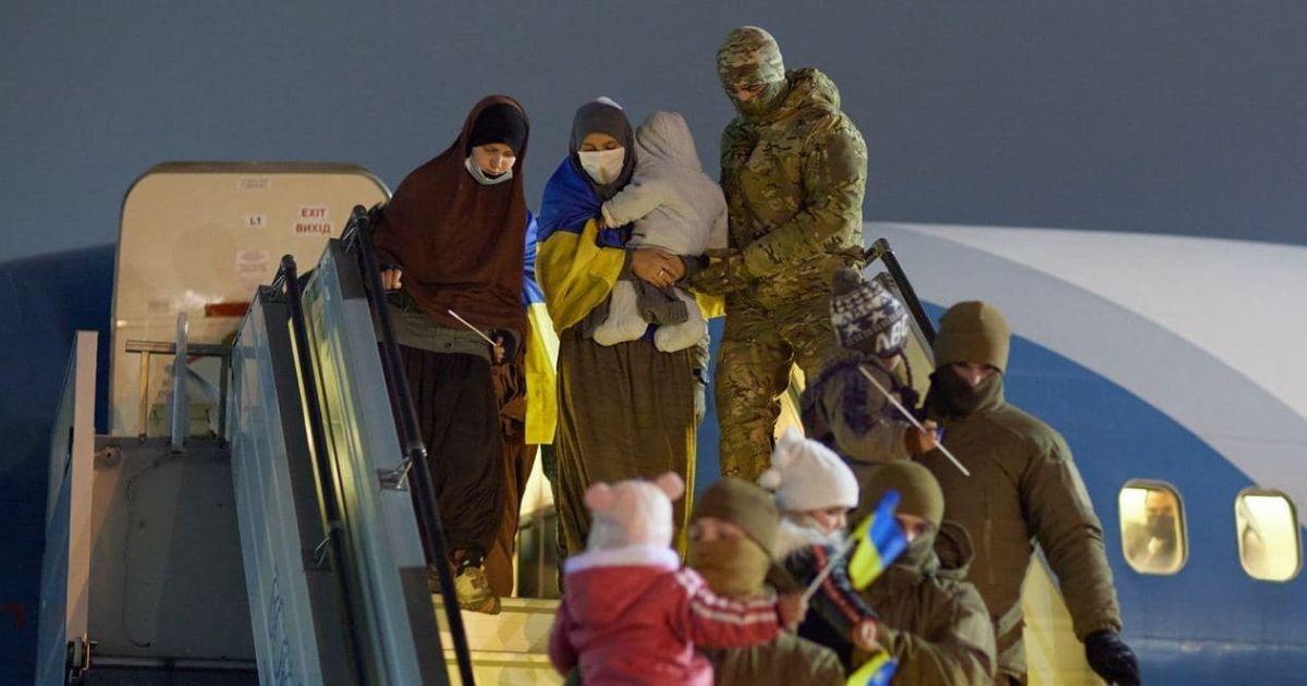 Із табору в Сирії до Києва доправили визволених двох українок, чиї чоловіки були бойовиками ІДІЛ