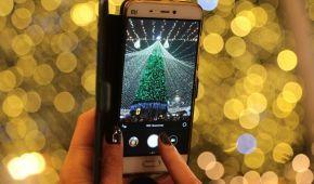 С бенгальскими огнями, хороводами и без масок: как украинцы встречали Новый год возле главной елки в Киеве