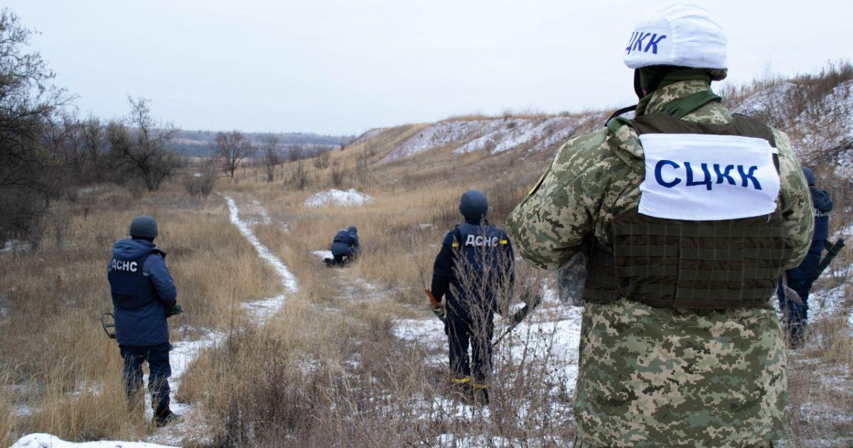 На Донбассе подорвался автомобиль с украинскими военными: 9 бойцов пострадали