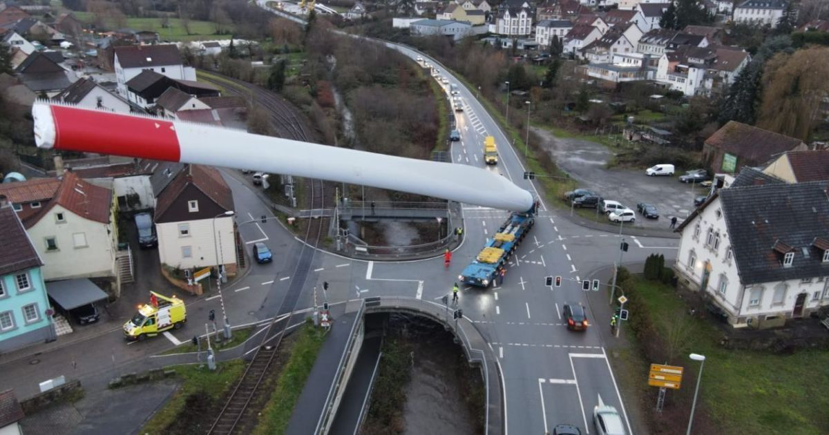 Транспортная компания показала, как перевозит лопасть ветрогенератора длиной 67 метров