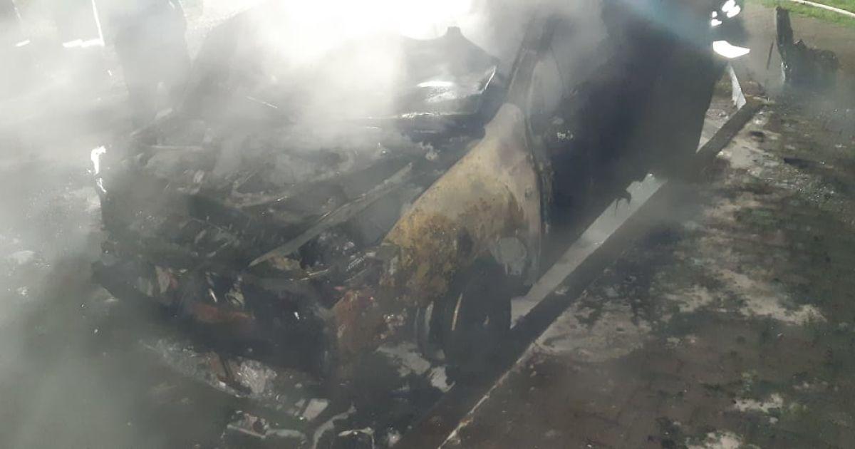 Підпал авто в Івано-Франківську: стало відомо, хто власник знищеної машини
