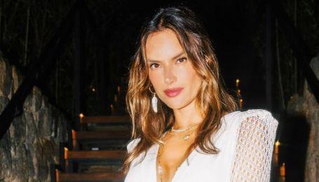 Алессандра Амбросіо підкреслила красиві ноги білою мінісукнею