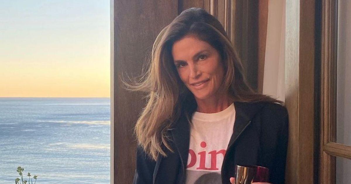 У смугастому светрі і купальнику: Сінді Кроуфорд знялася у пляжній фотосесії