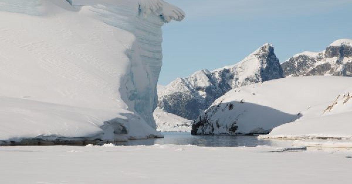 """У станции """"Академик Вернадский"""" откололся 20-метровый ледник"""
