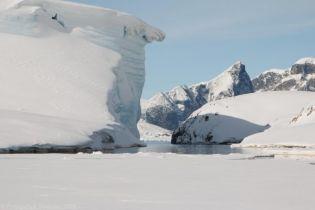 Біля української станції в Антарктиді відколовся 20-метровий льодовик