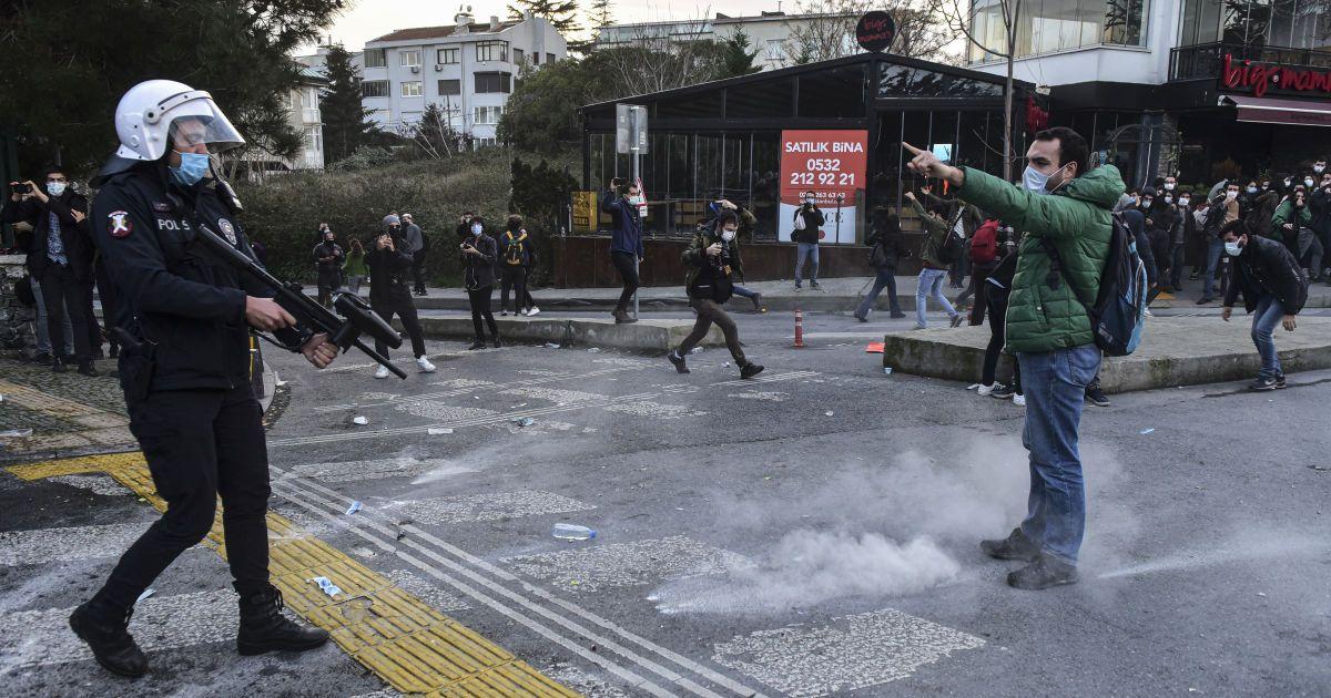 Турецкие студенты протестуют против назначения ректора: акции переросли в столкновения с полицией
