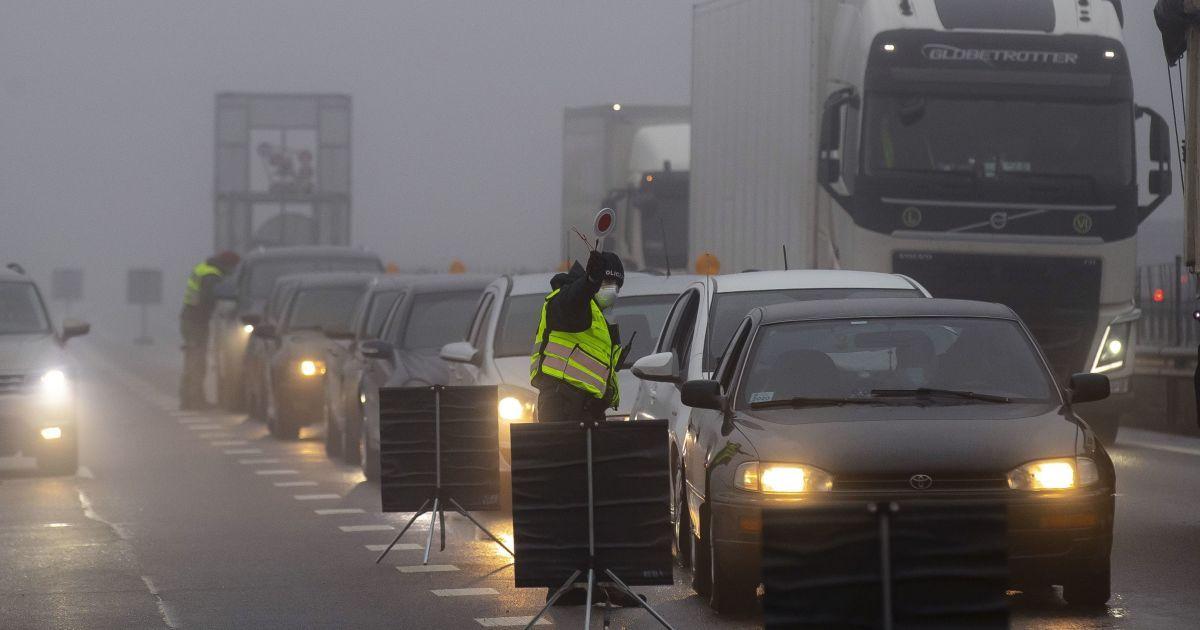 Пробки, ограничения движения и поваленные деревья: какие неприятные сюрпризы подготовила погода водителям в Украине