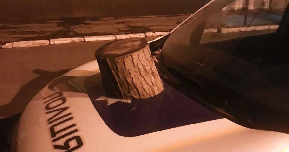 Отомстил окнам и автомобилю: в Запорожье мужчина атаковал отделение полиции