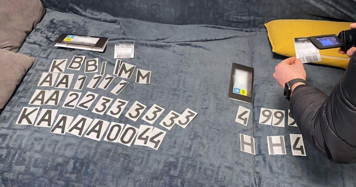 Прикриття номерів авто: поліція викрила шахрая, який продавав фальшиві наноплівки