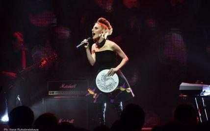 В мини-платье и с экстравагантной прической: ILLARIA удивила новым имиджем